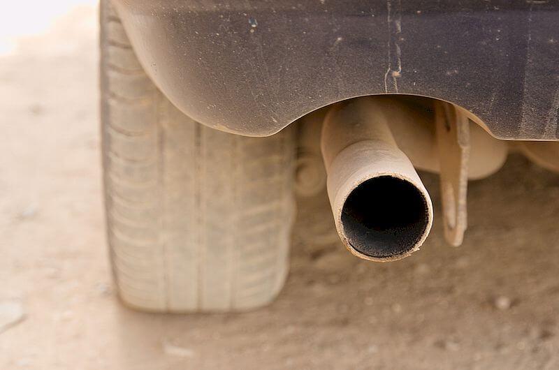 Jeśli turbo puszcza olej do wydechu, to po naprawie elementu należy usunąć olej z rury wydechowej
